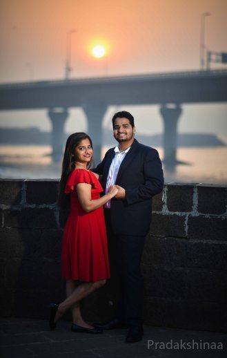 mumbai_candid_wedding_photographer_preweddingshoot_coupleshoot_wedding_pradakshinaa_wedding_photography_asianwedding_photographer_outdoorcoupleshoot in mumbai_bestoutdoorshootphotographe